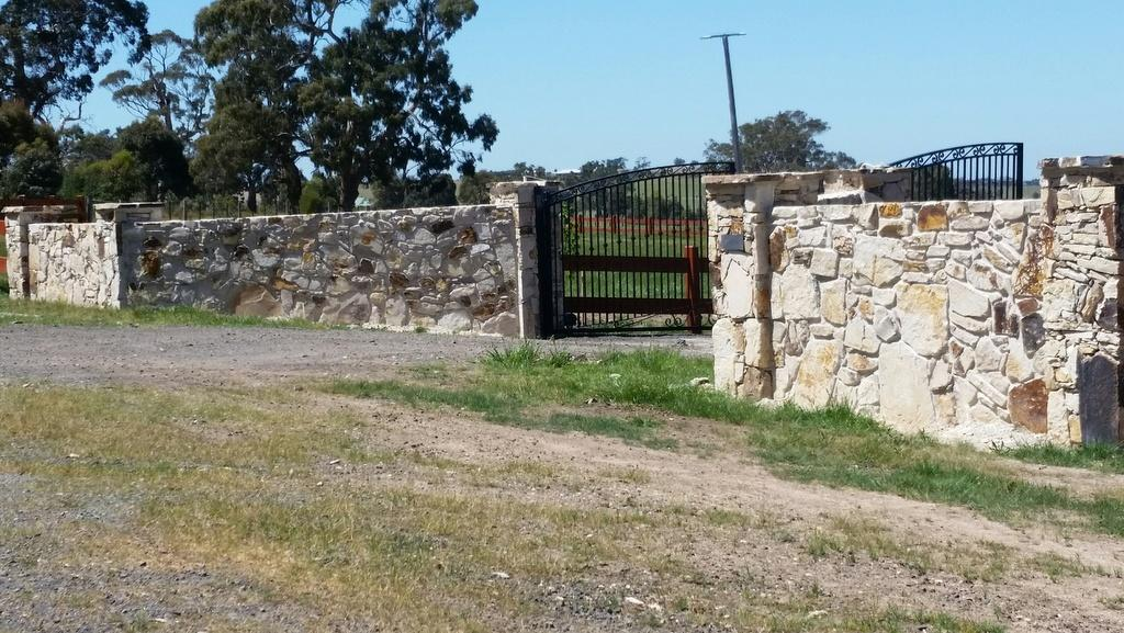 trafalgar-rock-entrance-wall-and-pillars Melbourne Stonemasons | Showcase | Call 0411 73 76 77